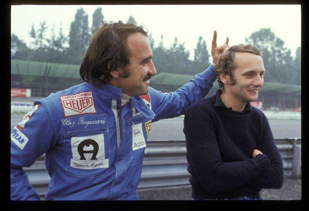 Clay Regazzoni (vlevo) válčil ve formuli 1 ve Ferrari po boku Nikiho Laudy