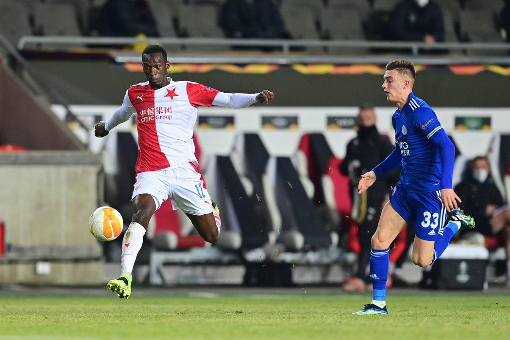 Abdallah Sima uniká obraně Leicesteru