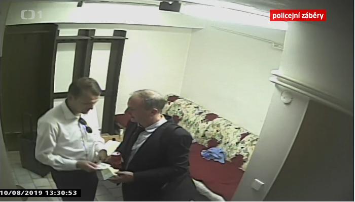 Předání peněz mezi hlavním rozhodčím Jiřím Houdkem (vlevo) a delegátem Jiřím Kabylem