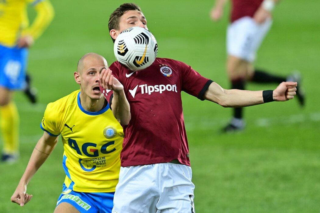Sparťan David Pavelka si zpracovává míč před teplickým Tomášem Kučerou