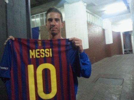 Milan Petržela se v útrobách Nou Campu chlubí cenným úlovkem - vyměnil dres s Lionelem Messim