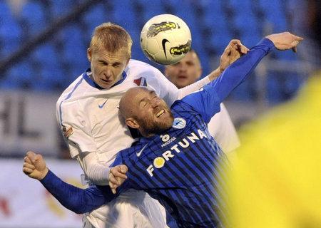 Liberecký útočník Jiří Štajner (vepředu) v hlavičkovém souboji s ostravským Michalem Frydrychem