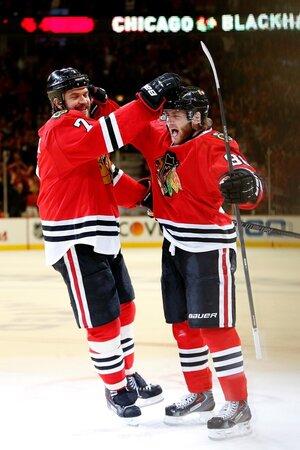 Hvězda Chicaga Blackhawks Patrick Kane (vpravo) je jedním v průměru nejlépe placeným hráčem NHL