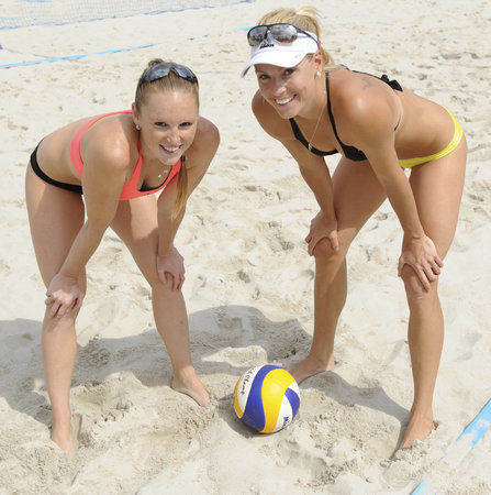 Kristýna Kolocová (vlevo) a její beachvolejbalová spoluhráčka Markéta Sluková