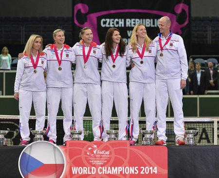 Vítězný fedcupový tým: České tenistky Klára Koukalová, Andrea Hlaváčková, Lucie Hradecká, Lucie Šafářová, Petr Kvitová a kapitán Petr Pála