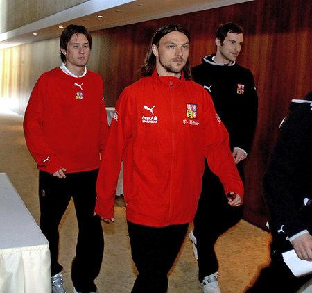 Tomáš Rosický, Tomáš Ujfaluši a Petr Čech jdou na legendární tiskovku po průšvihu na pokoji 433 v hotelu Praha