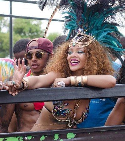Rihanna se při oslavě držela v Hamiltonově blízkosti
