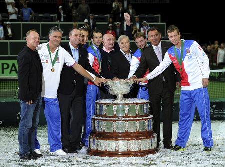 Vítězové Davis Cupu 2012 se šampiony z roku 1980. Pavel Korda uprostřed mezi Radkem Štěpánkem a Janem Kodešem.