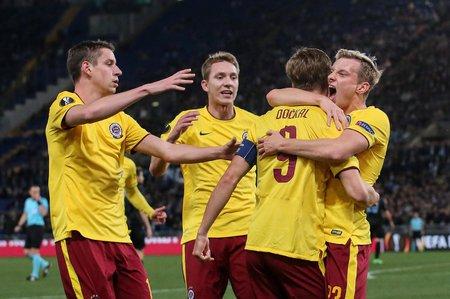 Fotbalisté Sparty slaví gól do sítě Lazia