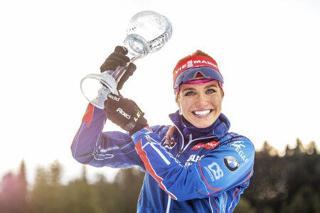 Gabriela Soukalová pózuje se svým druhým malým křišťálovým globusem za vítězství ve stíhacích závodech SP