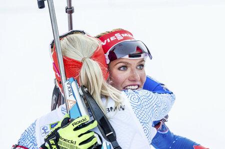 Gabriela Soukalová v objetí Kaisy Mäkäräinenové v cíli závodu s hromadným startem v Pokljuce
