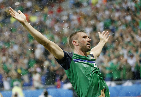 Gareth McAuley se raduje ze vstřelené branky