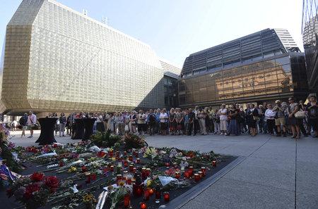 Prostor u Národního divadla zaplavily květiny. Poslední rozloučení s Věrou Čáslavsku sledovala na místě zhruba padesátka lidí.
