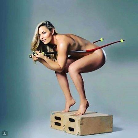 K nové knize přidala Lindsey Vonnová velmi odvážný snímek jen s hůlkami