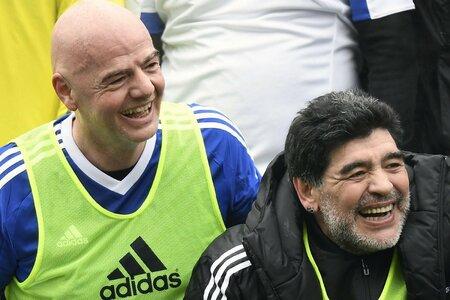 Při utkání FIFA Legends nechyběla dobrá nálada. Potvrzují to i současný prezident FIFA Gianni Infantino (vlevo) a Diego Armando Maradona.