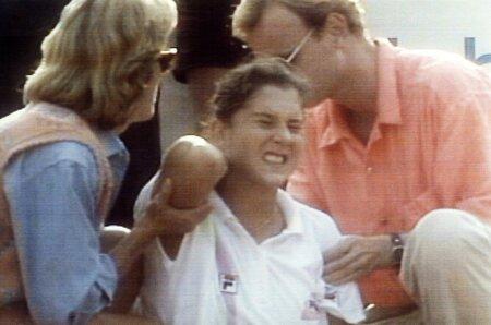 Jedna z nejlepších tenistek světa Monica Selešová byla napadena fanatickým fanouškem.