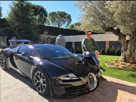 Který snímek na Instagramu Cristiana Ronalda se fanouškům líbí nejvíc? Přece hvězda na kapotě černé bugatky!