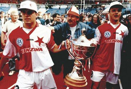 Edvard Lasota (vpravo) slaví se Slavií zisk Poháru ČMFS