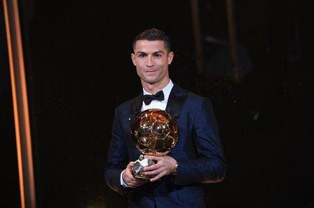 Portugalský útočník Cristiano Ronaldo se Zlatým míčem pro nejlepšího fotbalistu roku 2017
