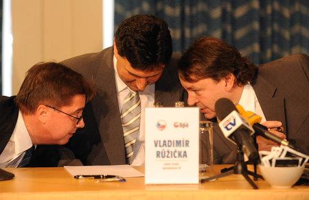 Tak koho jsi tam napsal? Vladimír Růžička (uprostřed) s prezidentem hokejového svazu Králem (vpravo)