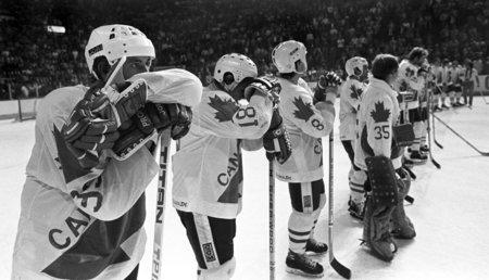 Wayne Gretzky s kanadskými spoluhráči kouše porážku se Sovětským svazem na Kanadském poháru 1981, který se stal pro Kanaďany potupou