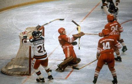 Americký tým pod vedením trenéra Herba Brookse se před domácí olympiádou v Lake Placid několik měsíců připravoval, aby z turnaje přivezli slušný výsledek. Povedlo se jim mnohem víc. Jejich senzační výhra 4:3 nad Sovětským svazem, vítězem předchozích čtyř olympiád, nasměrovala tým ke zlatým medailím.