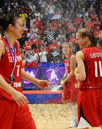 Edita Šujanová a Kateřina Elhotová čekají na spršku šampaňského od kapitánky Hany Horákové