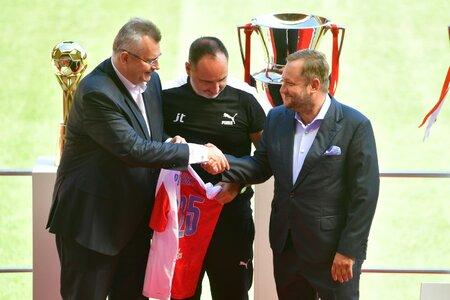 Slavia na předsezonní tiskové konferenci podepsala novou smlouvu s koučem Trpišovským až do roku 2025