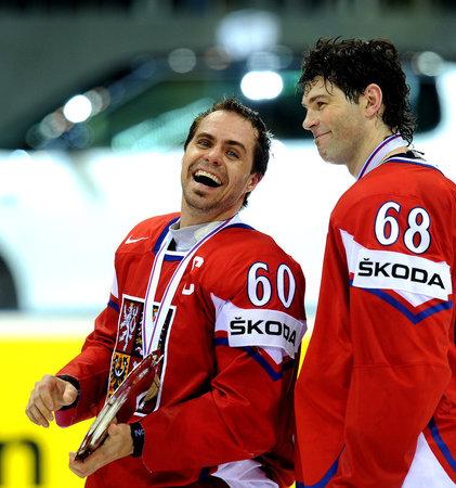 Rozesmátý kapitán českého týmu Tomáš Rolinek (vlevo) s Jaromírem Jágrem