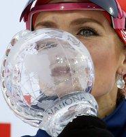 Gabriela Soukalová líbá křišťálový globus pro vítězku stíhacích závodů SP