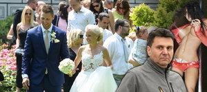 Vladimír Růžička mladší se v sobotu ženil s dlouholetou přítelkyní Veronikou Kubíčkovou, jeho táta ovšem na veselce chyběl. Prý se moc nemusí s jeho novou přítelkyní...