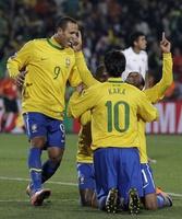 Robinho, Fabiano a Kaká mají důvod slavit.