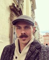 Adam Sebastian Helcelet, manžel Denisy Rosolové, si libuje v historii a nechal si narůst i stylový knírek