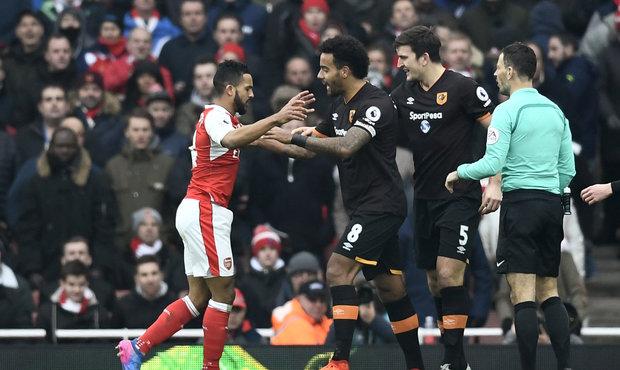 Arsenalu pomohl rozhodčí! O půli se nám omluvil, překvapil obránce Hullu