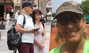 Martina Navrátilová si užívá dovolenou ve své rodné zemi. S neteří si vyšla na procházku centrem Prahy, doma v Řevnicích si zahrála na kurtu, kde začínala