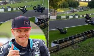Motocyklový závodník Luke Mossey vyvázl z děsivého pádu jen s lehkým zraněním