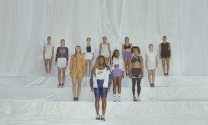 Serena Williamsová vpředu. V pozadí pak například Petra Kvitová a Markéta Vondroušová