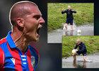 Zdeněk Ondrášek se vrhnul do studené řeky pro zakopnutý míč