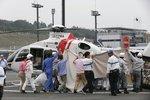 Záchranáři transportují Alexe de Angelise do helikoptéry po jeho nehodě ve Velké ceně Japonska
