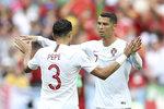 Portugalci Pepé a Cristiano Ronaldo po vítěství nad Marokem.