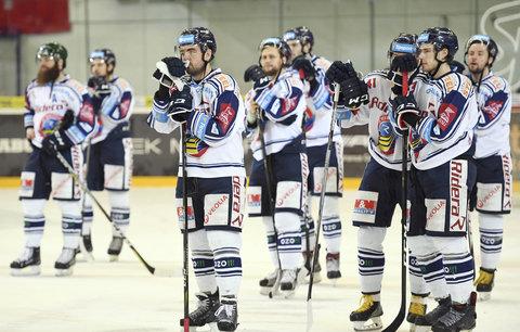 Zklamání hokejistů Vítkovic po vyřazení ve čtvrtfinále play off v sérii proti Kometě Brno
