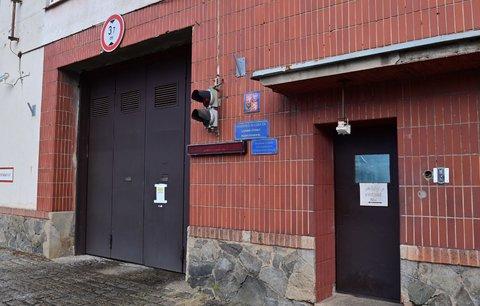 Vrata věznice na Pankráci, odkud by měl vyjít stíhaný bývalý místopředseda FAČR Roman Berbr