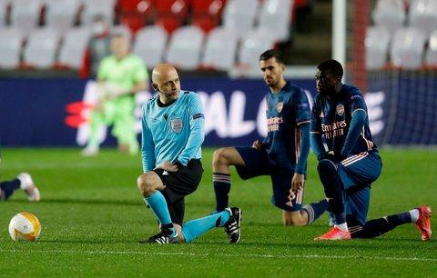 Hráči Arsenalu i rozhodčí před zápasem poklekli