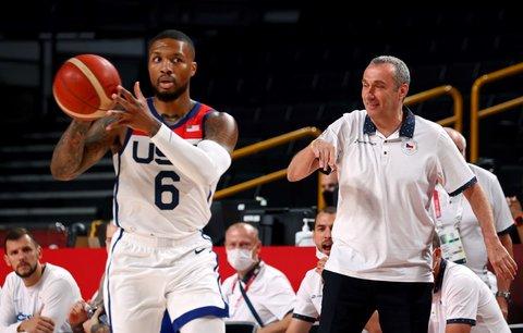 Damian Lillard z USA, za ním v pozadí kouč českıch basketbalistů Ronen Ginzburg