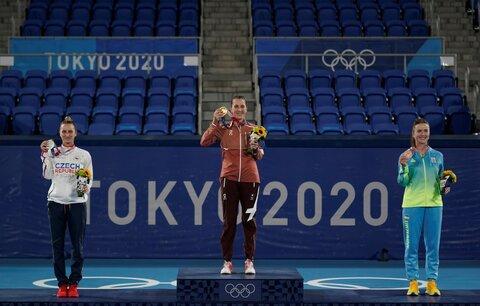 Česká tenistka Markéta Vondroušová (vlevo) na stupních vítězů se stříbrnou medailí z Tokia