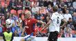 Radek Drulák se žene za míčem v exhibičním duelu s Německem