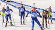 Vyčerpaná Gabriela Soukalová (vzadu) poslala na trať v ženské štafetě na MS třetí členku českého týmu Lucii Charvátovou