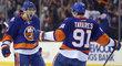 Ryan Pulock a John Tavares oslavují branku Islanders