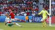 Klíčový moment osmifinále EURO 2016. Gareth McAuley ze Severního Irskal posílá míč do vlastní sítě v bitvě s Walesem.