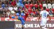 Plzeňský Milan Petržela se akrobaticky snaží udržet míč na trávníku